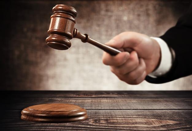 法廷で働く弁護士とガベル裁判官をクローズアップ。