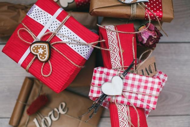 Primo piano di doni con diverse decorazioni