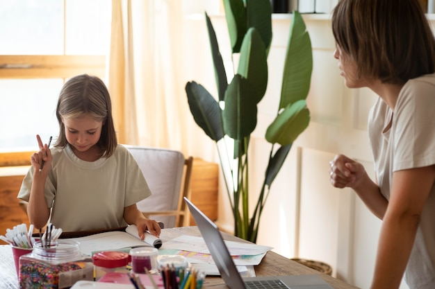 Крупным планом девушка занимается творчеством дома