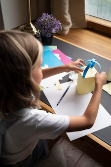 紙で創造的である女の子をクローズアップ