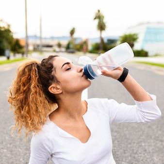 クローズアップの女の子の飲料水