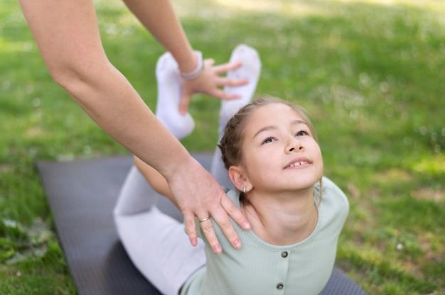 Крупным планом девушка упражнениями на открытом воздухе
