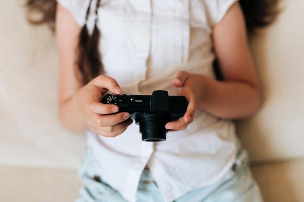 写真のカメラを保持しているクローズアップの女の子