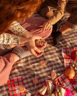 Biscotti della holding della ragazza del primo piano