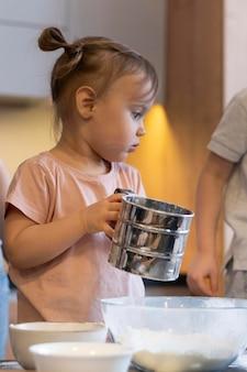 클로즈업 소녀 지주 컵