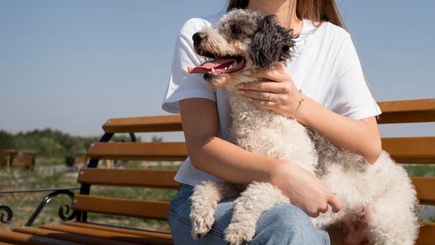 Крупным планом девушка держит счастливую собаку