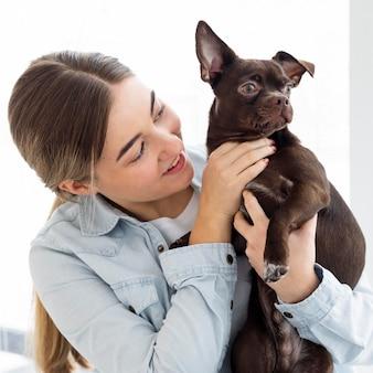 Animale domestico della holding della ragazza del primo piano Foto Gratuite