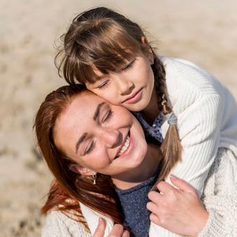 Крупным планом девушка держит смайлик мать