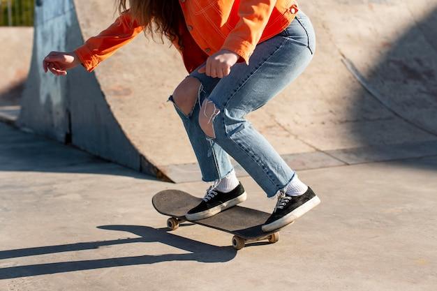 Крупным планом девушка на скейтборде