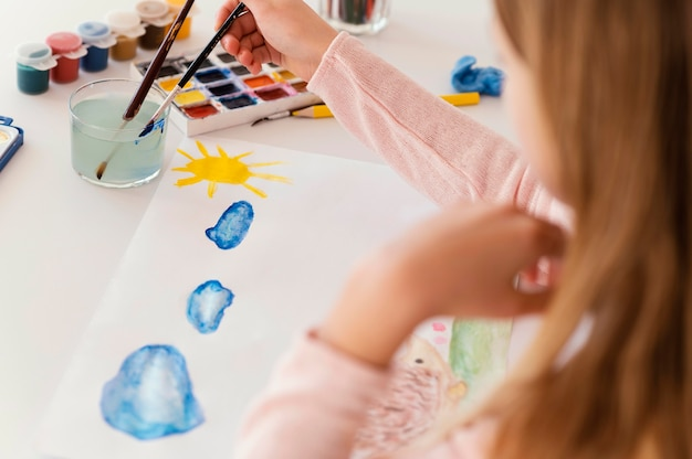 Девушка крупным планом рисует облака