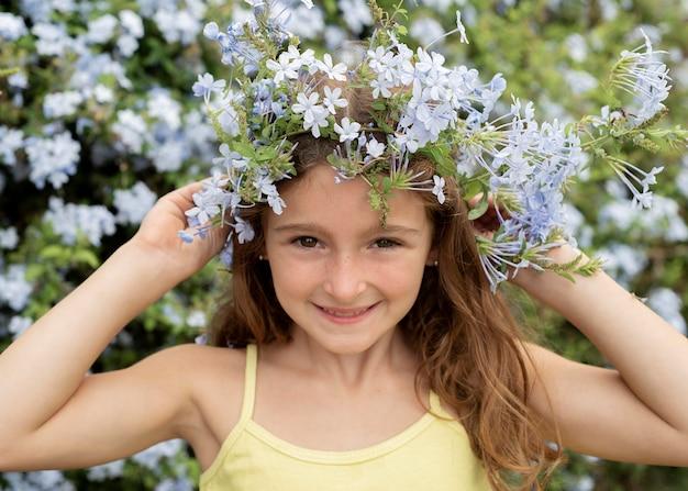 花でポーズをとる女の子をクローズアップ