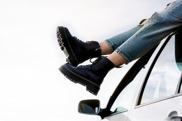 Девушка крупного плана автомобиля сидя