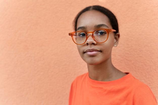 Ragazza ravvicinata con gli occhiali