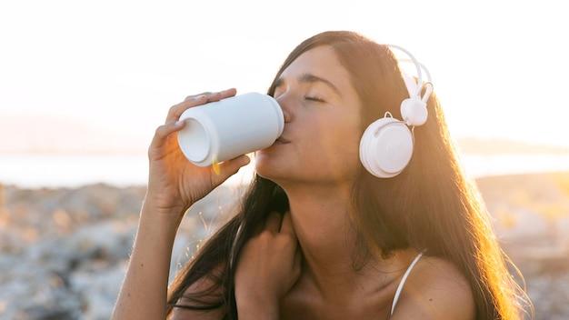 ビーチでドリンクを飲みながらクローズアップの女の子