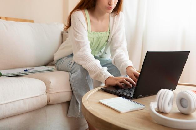 ノートパソコンで女の子をクローズアップ