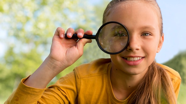 Крупным планом девушка с увеличительным стеклом