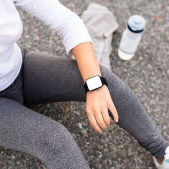 スポーツ用品と時計のクローズアップの女の子