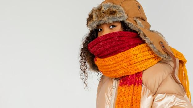 Крупным планом девушка с теплой одеждой