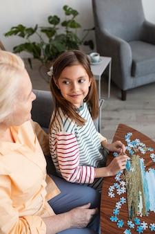Close up ragazza e donna con il puzzle