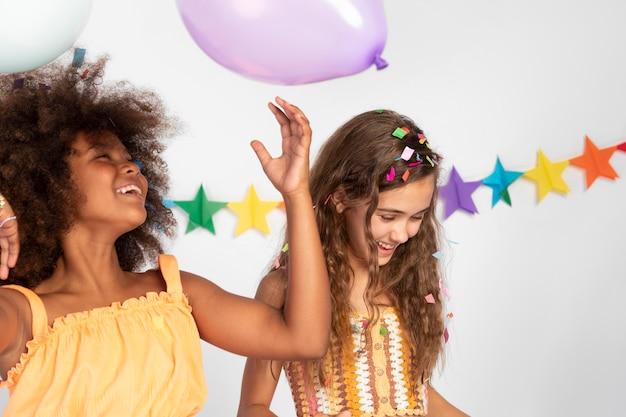 風船で祝う女の子をクローズアップ