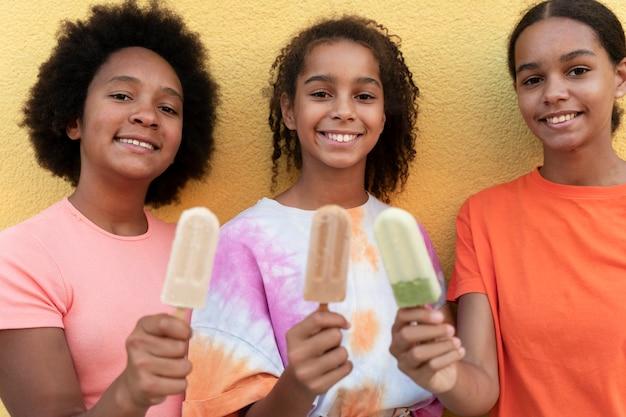アイスクリームを持っている女の子をクローズアップ