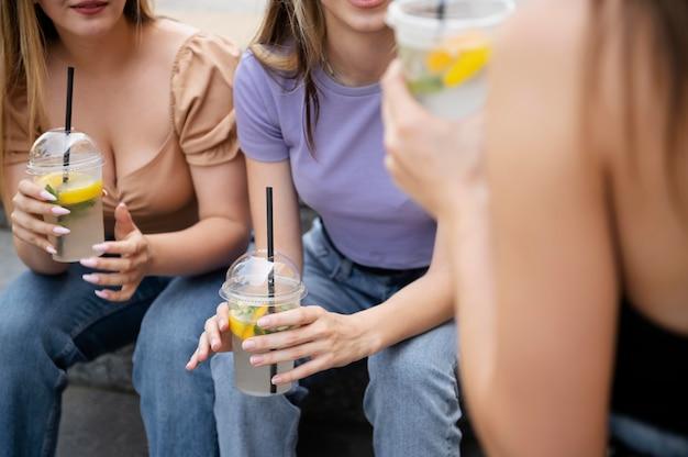 Ragazze ravvicinate con bevande