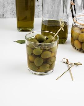 Close-up bicchiere pieno di olive fresche