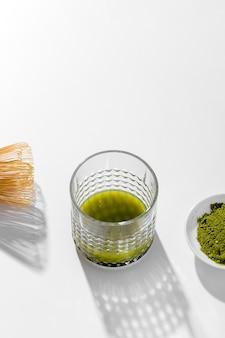 Primo piano di vetro con tè verde matcha