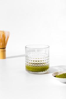 Primo piano di vetro con tè matcha