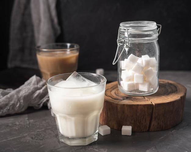 Primo piano di vetro con latte e ghiaccio