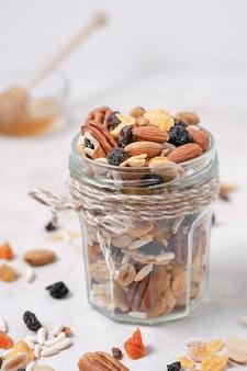 Крупным планом стакан с органическими орехами