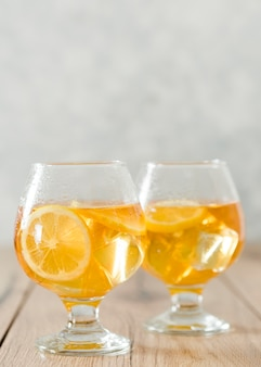 Close-up di bicchieri pieni di bevanda al limone