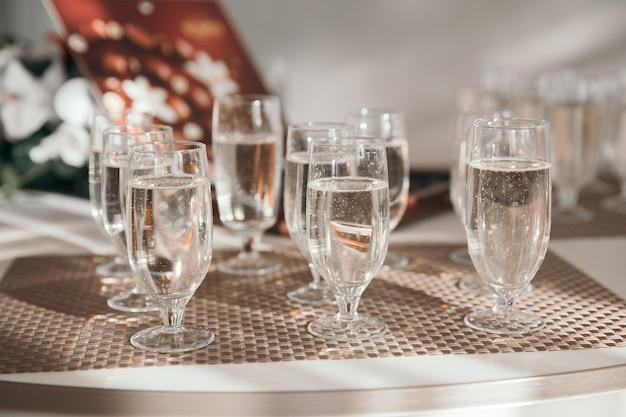 閉じる。休日のテーブルにシャンパンのグラス。休日やイベント。