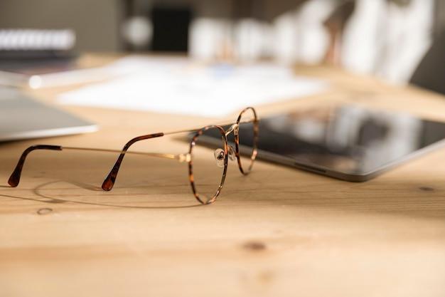 Очки крупным планом на столе