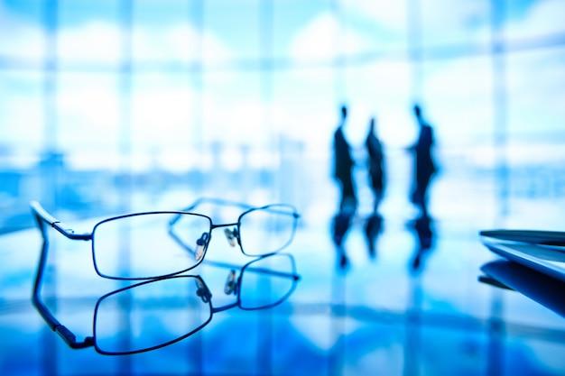 Close-up di occhiali con i dipendenti di sfondo