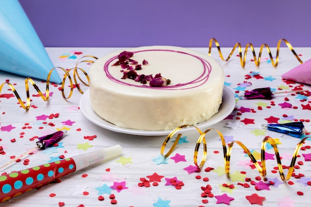 Крупным планом глазированный торт на столе