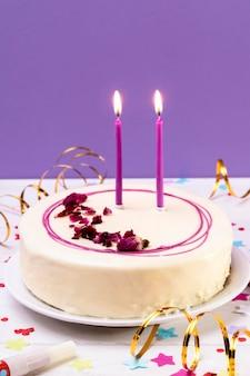 テーブルの上のクローズアップの艶をかけられたケーキ