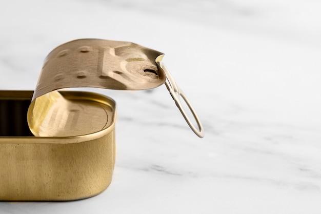 Barattolo di latta dorato del primo piano sul bancone della cucina