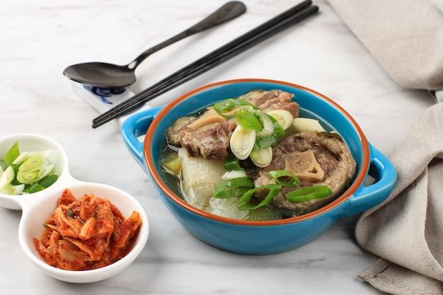 파란 그릇에 담긴 고리곰탕(속꼬리 곰탕) 또는 소꼬리 찌개