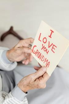 사랑의 메시지를 들고 근접 할머니