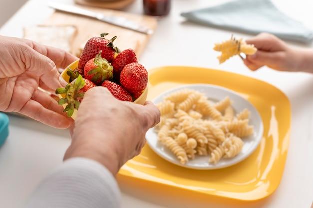 Крупным планом бабушка и дедушка и ребенок с едой