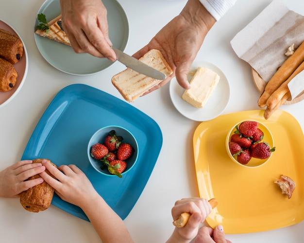 Крупным планом бабушка и дедушка и ребенок за столом
