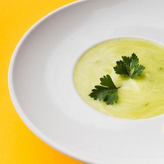 Крупный план зеленых кремовых супов