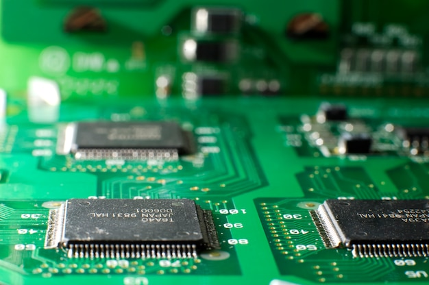 테이블에 smd 칩이 있는 녹색 메모리 보드를 닫습니다. 컴퓨터 부품 개념입니다. 전자 부품 및 부품