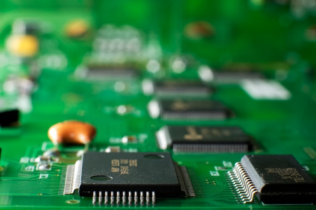 Smdチップがテーブルの上にある緑色のメモリボードを閉じます