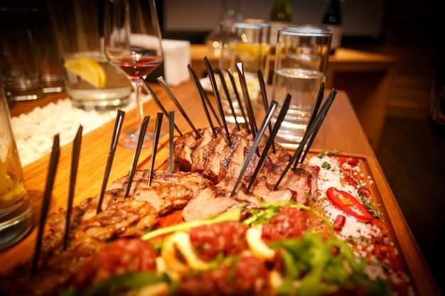 Крупным планом жареное мясное основное блюдо, стейки на столе в ресторане