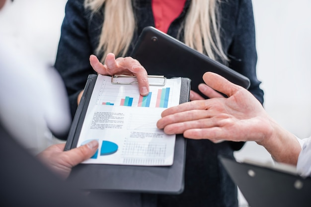 閉じる。財務データについて話し合うビジネスマンのグループ。ビジネスコンセプト