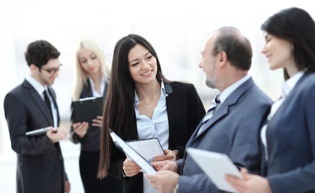 Закройте группу деловых людей, готовящихся начать бизнес-концепцию деловой встречи