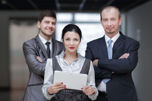 閉じる。デジタルタブレットを使用するビジネスマンのグループ。