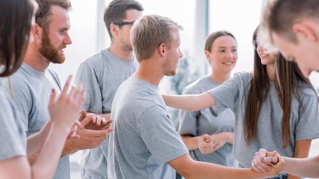 閉じる。トレーニング中にライバルを称賛する陽気な学生のグループ